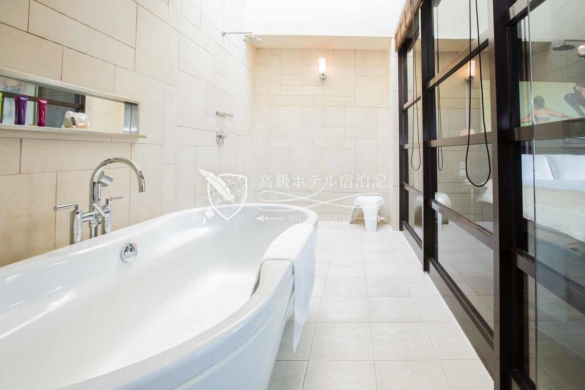 ダブルスイート(61.0㎡):広々としたバスルーム。客室を仕切るガラス窓にはブラインドが設置されているのでプライバシー対策もOK。