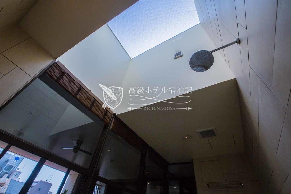 ダブルスイート(61.0㎡):バスルームにある吹き抜けの天窓