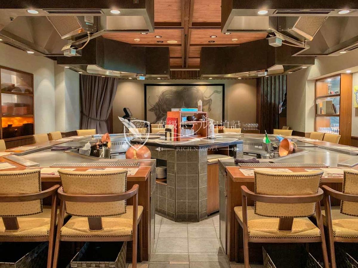 厳選した和牛や野菜をシェフが目の前で焼き上げる鉄板焼レストラン「ステーキハウス ミディアムレア」。カジュアルな雰囲気と優しい料金設定で気軽に利用できる。