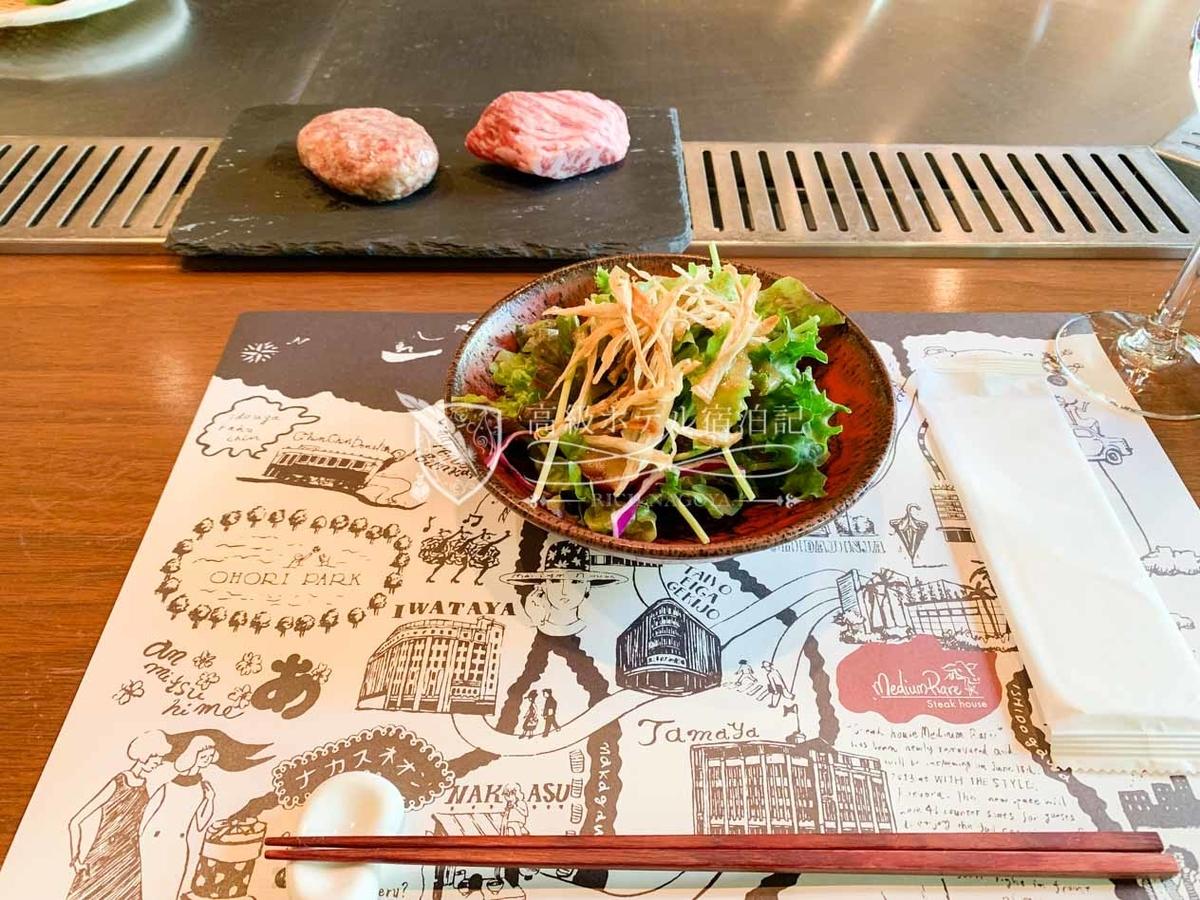 サラダ激ウマ!奥にあるのは調理前のハンバーグとステーキ。