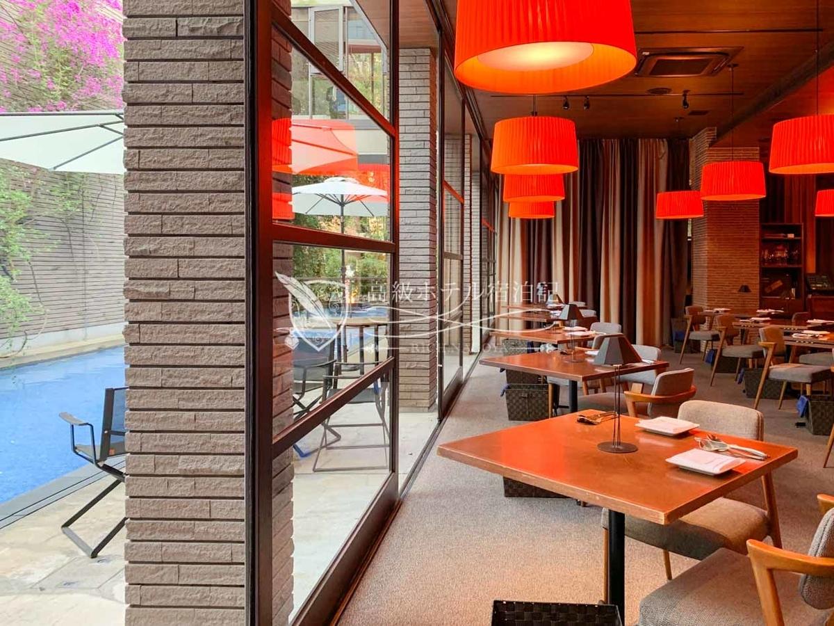 メインダイニング コットン:プールサイドに面したお洒落なインテリアが特徴のイタリアンレストラン。