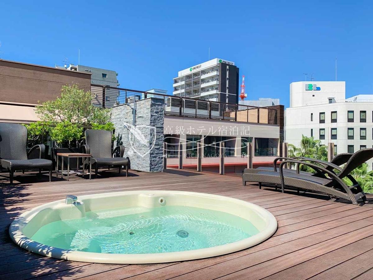 宿泊者限定で利用できる24時間営業の屋外テラス「ザ スパジャグジー」(完全予約制/1時間利用)。水着の無料レンタルもOK。
