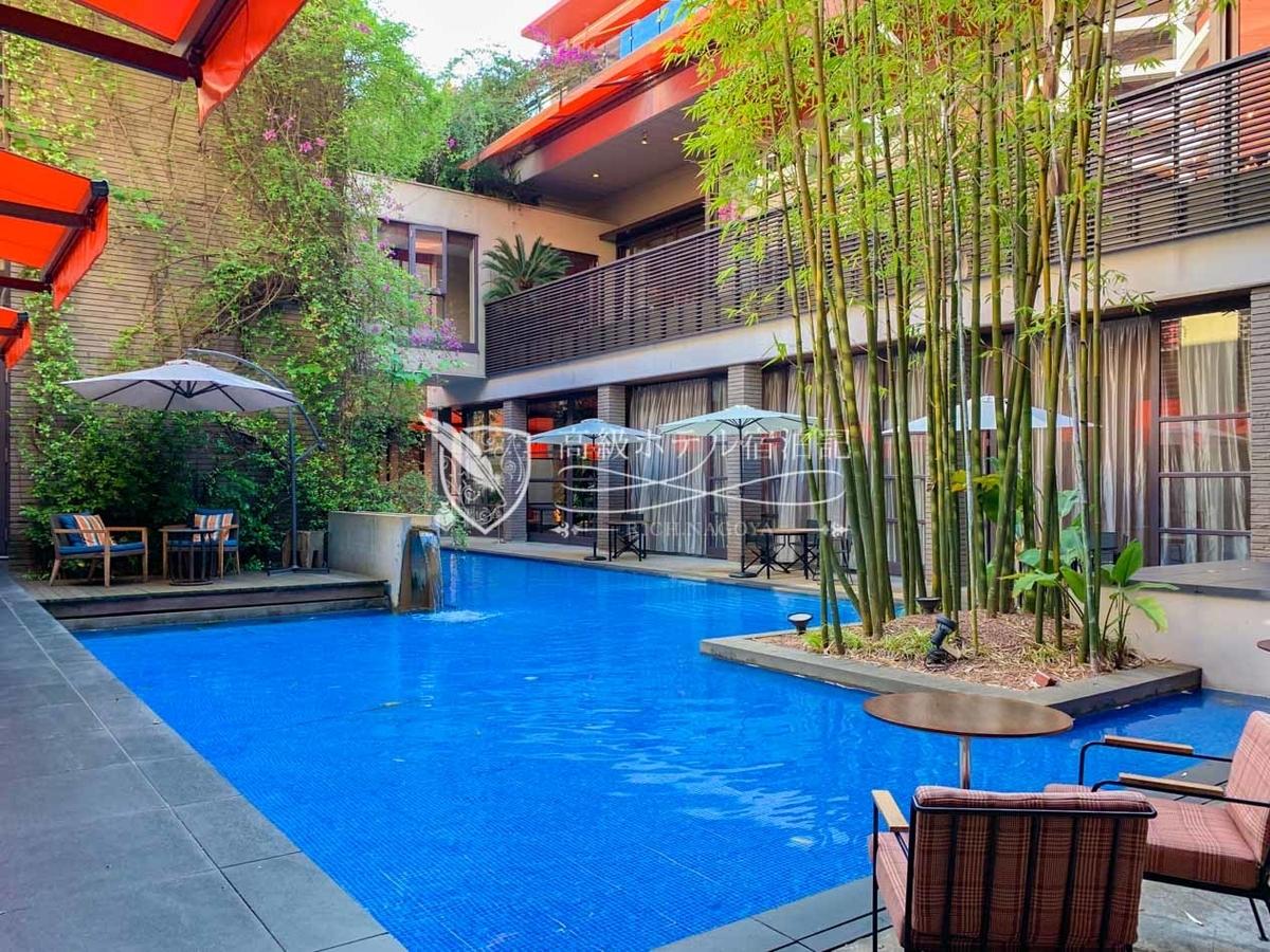 南国リゾートを彷彿とさせる開放感溢れるプールエリア。プールサイドでは食事やカフェが楽しめるレストラン・カフェ・バーが併設。