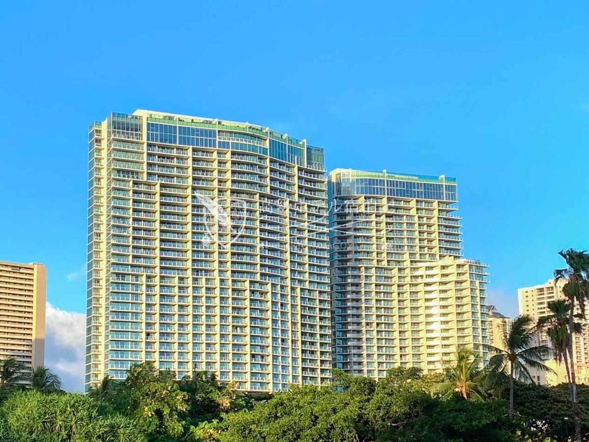 ワイキキビーチエリアにそびえ立つ2棟のザ・リッツ・カールトン。左側が2016年開業したエヴァタワー、右側が2018年に開業したダイヤモンドヘッドタワー。
