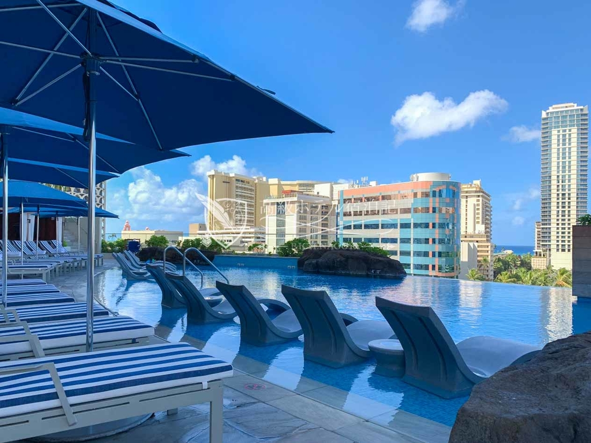 ワイキキでもっとも高いところにあるホテルプールは、宿泊客なら誰でも使える家族向けプールと18歳以上のみが利用できる大人専用プールの2つがある。