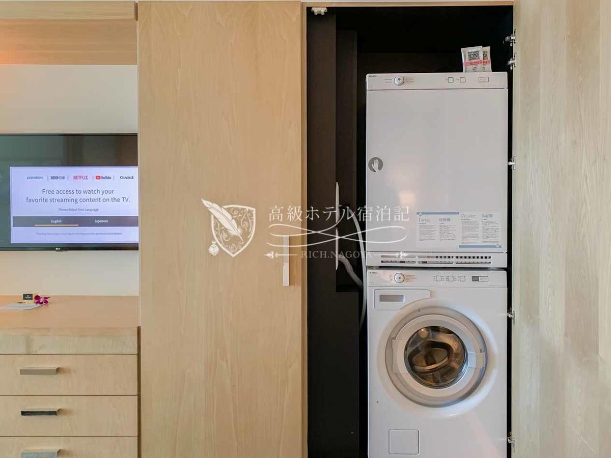全客室に設置されたドラム式洗濯機(下)と乾燥機(上)。洗剤も用意されている。