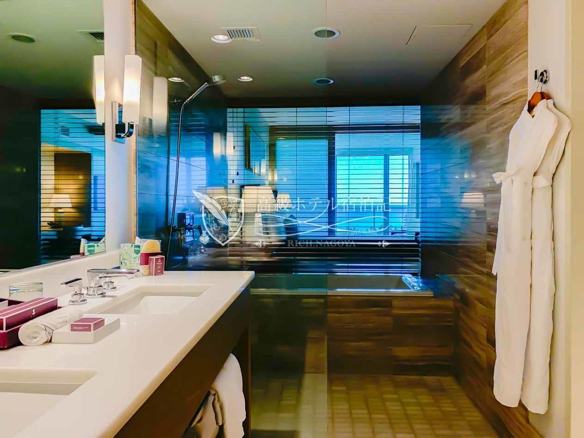 古いホテルが多いワイキキエリアにおいて、水回りを含めた客室設備の充実ぶりは別格。バスルームはワイキキエリアでは珍しく、浴槽とシャワーエリアが分かれた間取りで入浴タイムは快適!