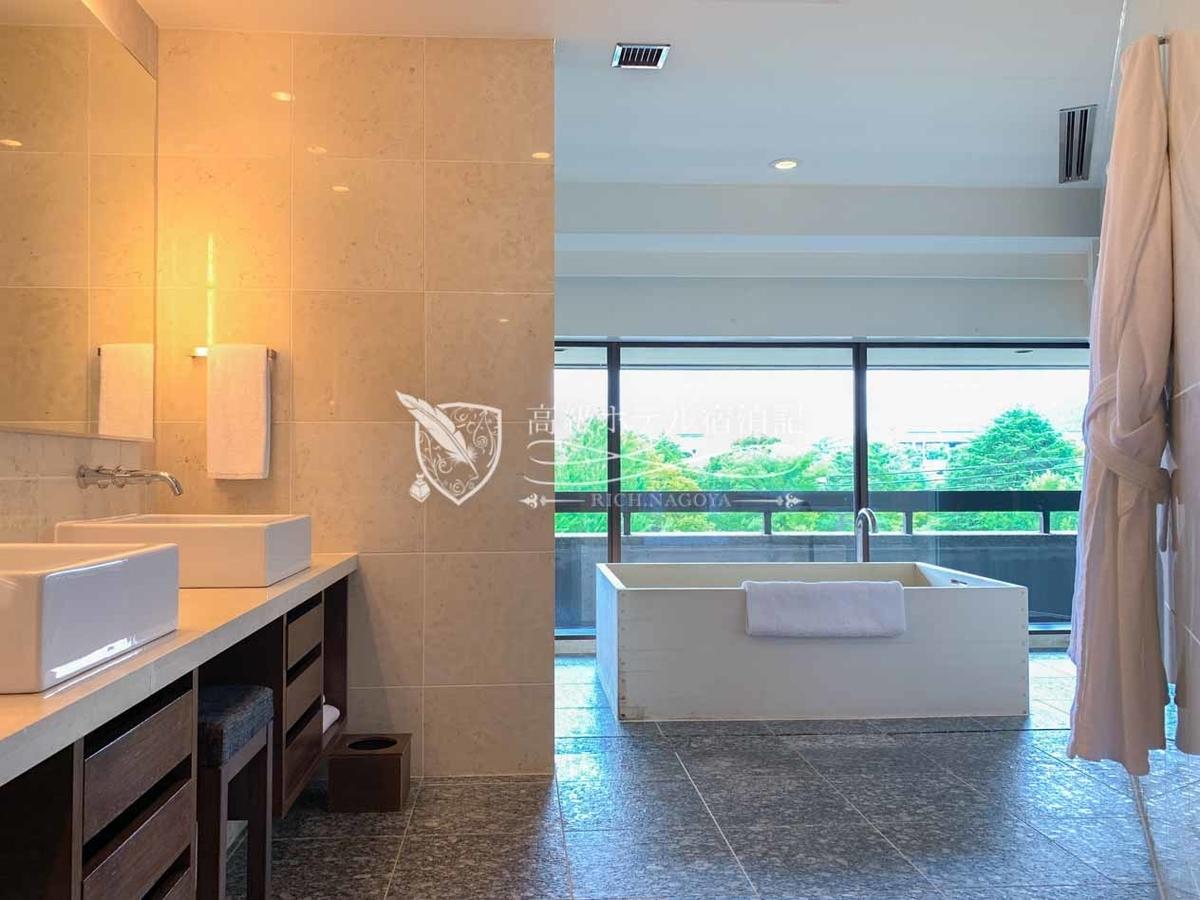 デラックスバルコニー ツインのバスルームの窓際には空を眺めながらゆったりと浸かれるヒノキ風呂が設置。