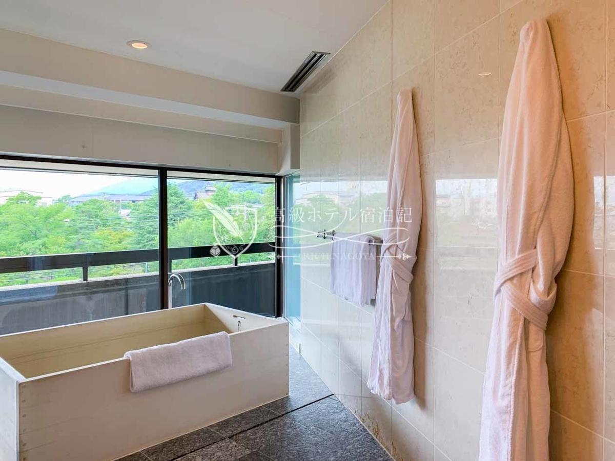長さ・幅・深さいずれも十分な広さのヒノキ風呂。湯栓の水量も多く、シャワーを浴びている間に湯が溜まる。