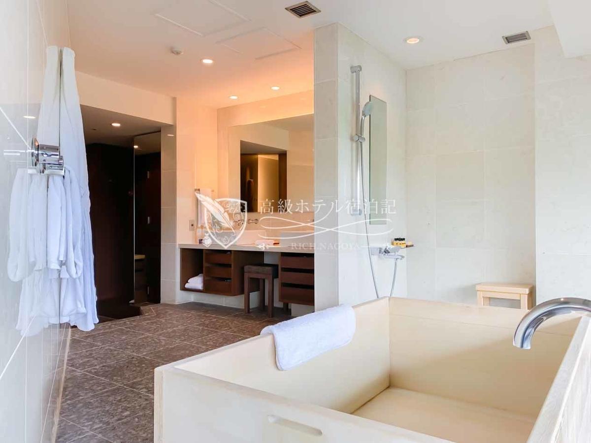 シャワーはハンドタイプ(モードセレクト機能付き)のみ。水勢は強めで快適。洗い場と脱衣所間の仕切りがないため、水しぶきに注意。
