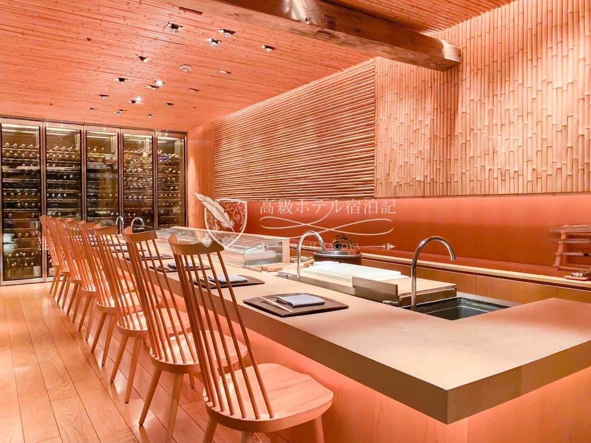 1階の日本料理レストラン「東山(Tozan)」の寿司カウンター(8席)。