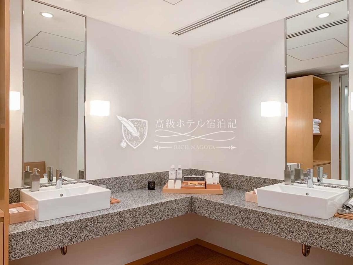 髭剃り、歯ブラシなどのバスルーム備品が完備されたドレスルーム。