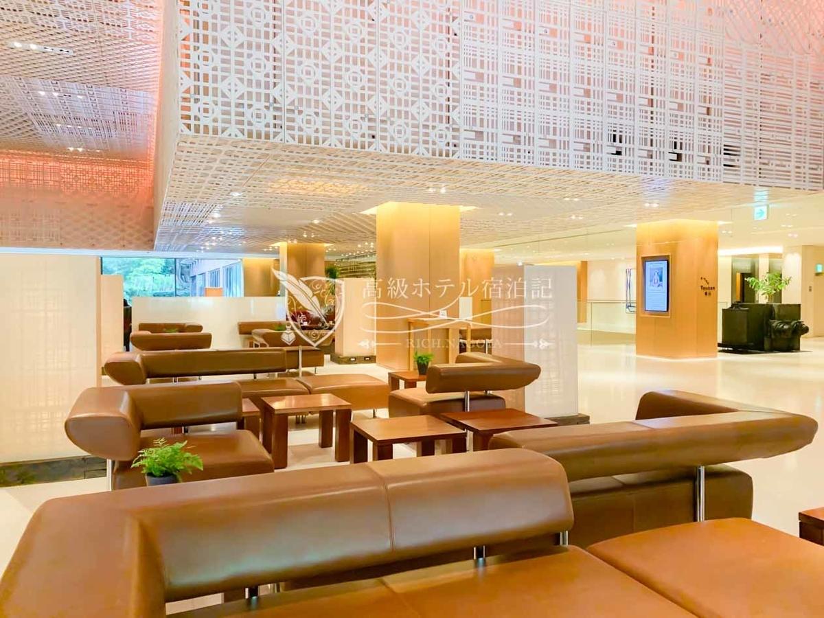 2006年、京都パークホテルをリノベーションしてハイアットリージェンシー京都としてリニューアルオープン。リニューアルオープンに伴い、インテリア全般を手掛けたのは、パークハイアットソウルやハイアットリージェンシー箱根と同様、日本のデザイン事務所「スーパーポテト」。京都らしい伝統美を彷彿とさせる京織をモチーフとした様々な模様が施された天井パネルは有名。