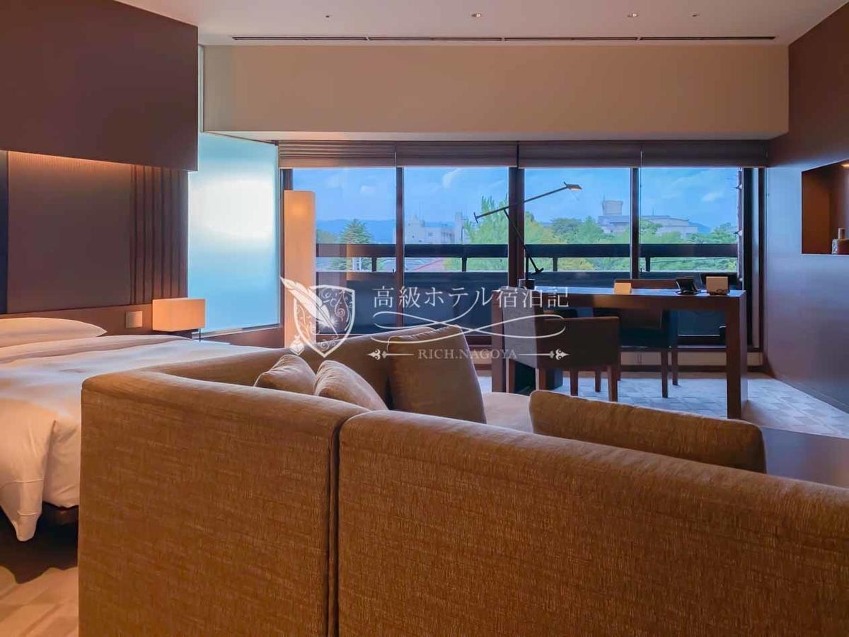 デラックスバルコニーツイン(60㎡):客室も京都らしい伝統美とハイアットらしいモダンが融合。訪日客にも配慮された和空間。バルコニーからは京都国立博物館方面の街並みを一望できる。