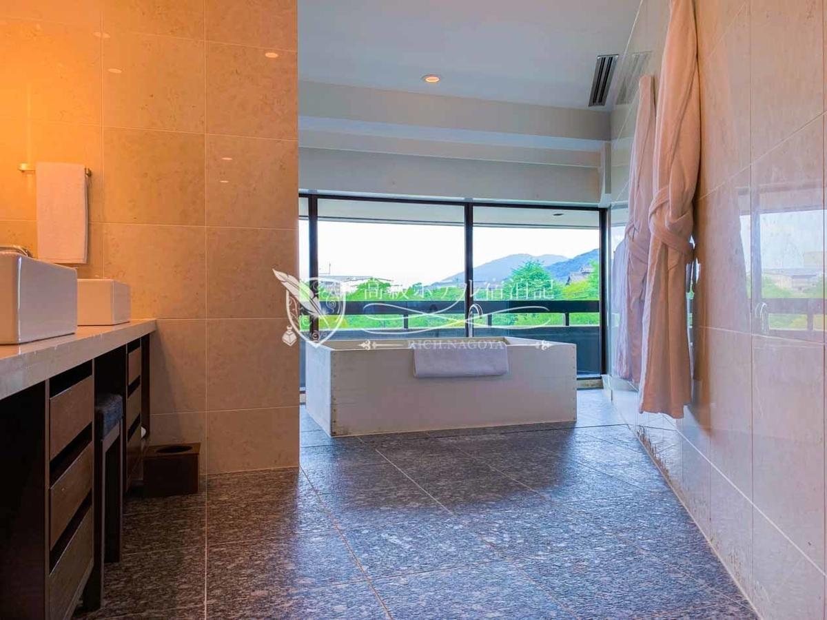 デラックスバルコニーツイン(60㎡):一部の客室ではヒノキを使用した広々とした浴槽を用意。