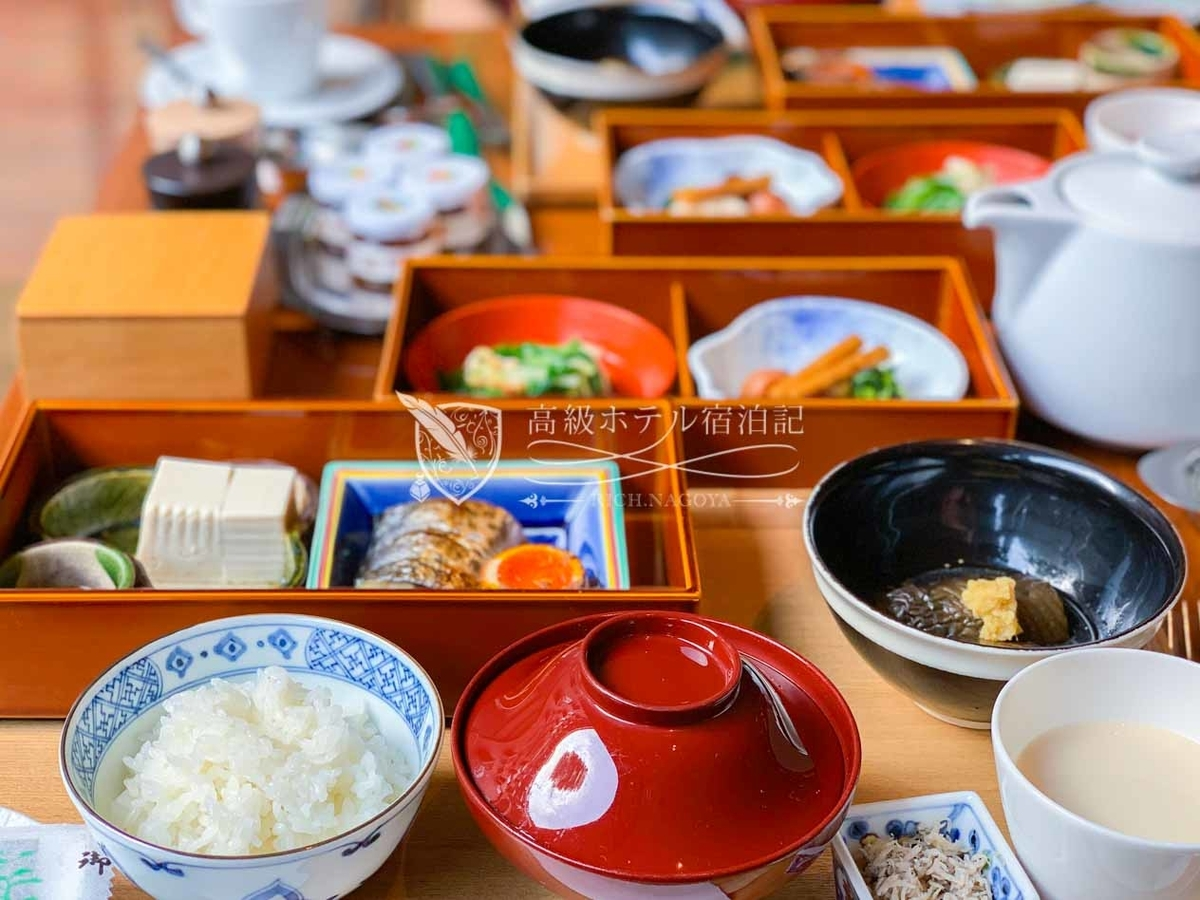 朝食はルームサービスの他、ロビーフロアのレストラン「ザ・グリル」で洋食もしくは和定食を食べられる。日本料理レストラン「東山(Touzan)」のシェフが作った和定食がおすすめ!