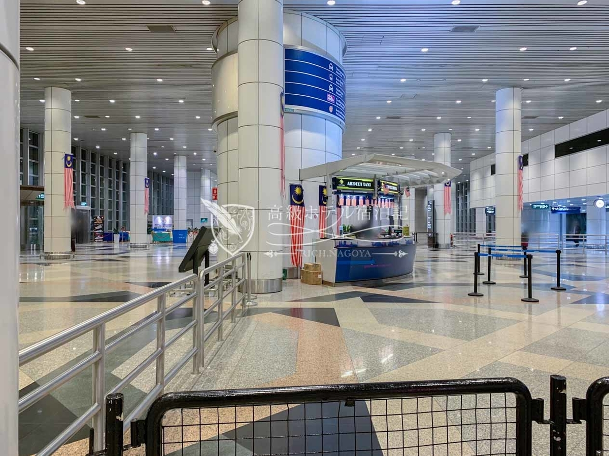 クアラルンプール国際空港 エアポートタクシー受付カウンター。到着口から徒歩5分。この看板が目印。
