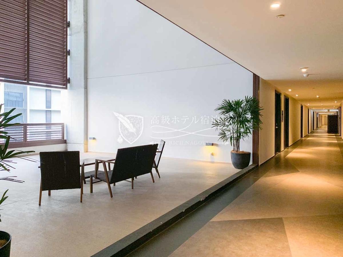 客室フロアは外部と繋がっていて蒸し暑い。各フロアに吹き抜け構造のラウンジスペースが設置されている。