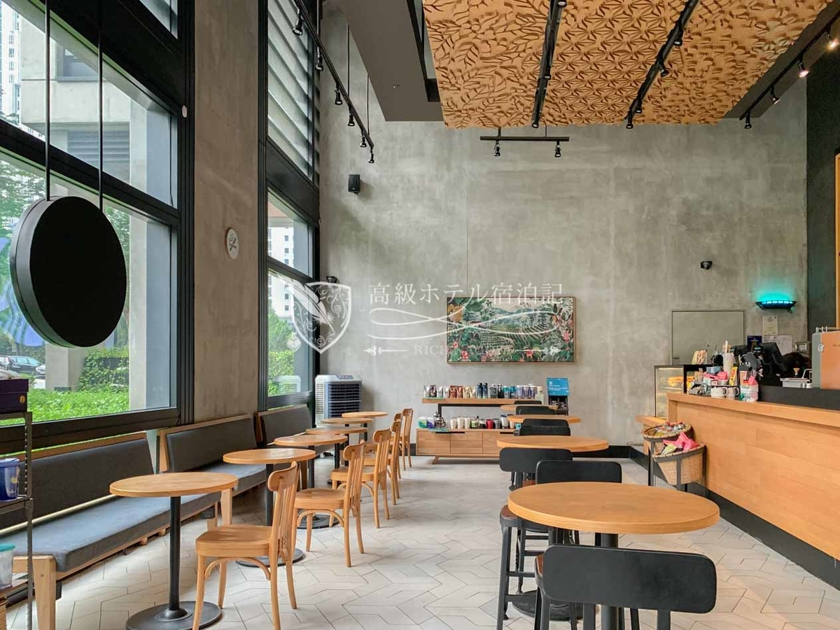 食欲がなかったので同じビルの1階にあるオシャレなスターバックでカフェラテを飲みました。