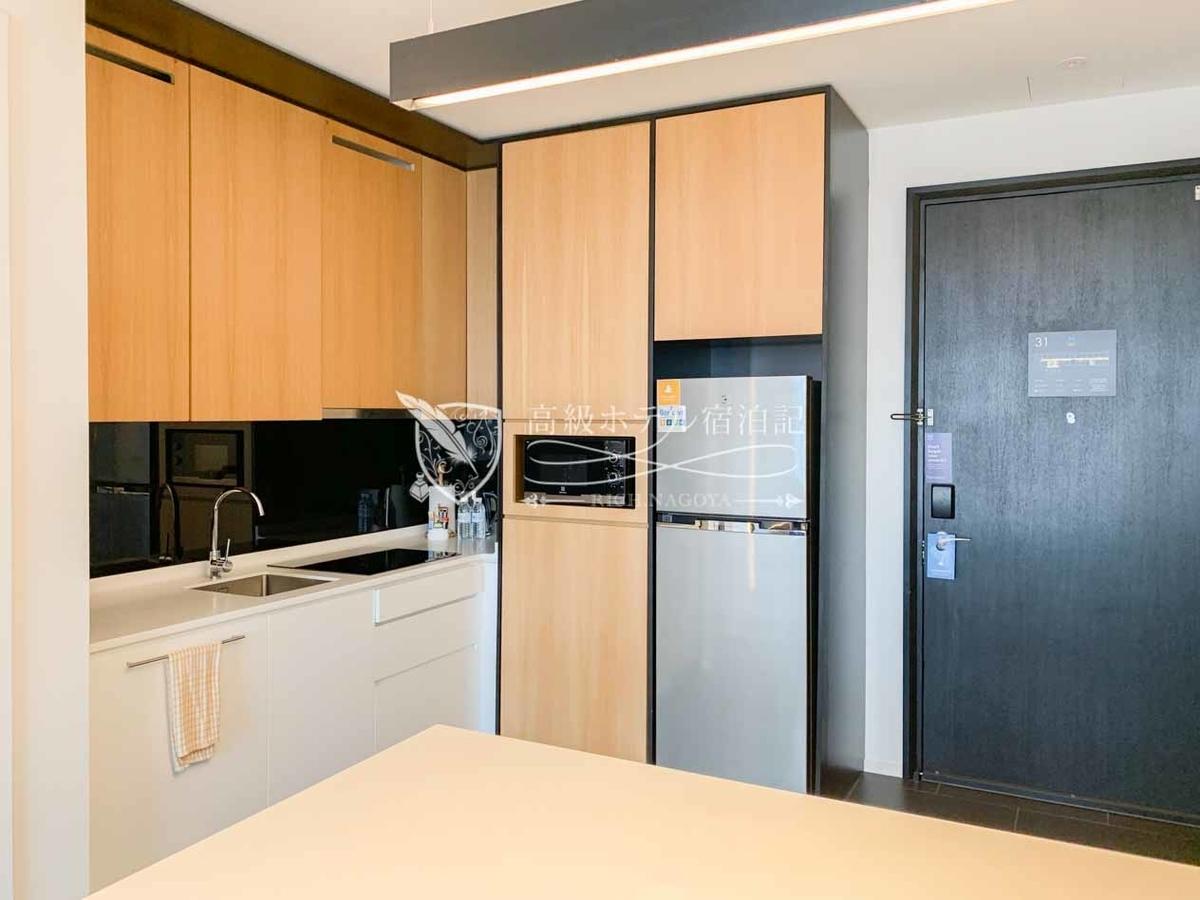 キッチンスイートキングベッド(50㎡)のキッチン。シンク、IHクッキングヒーター、電子レンジ、大型冷蔵・冷凍庫、ビルトイン食洗器が搭載。