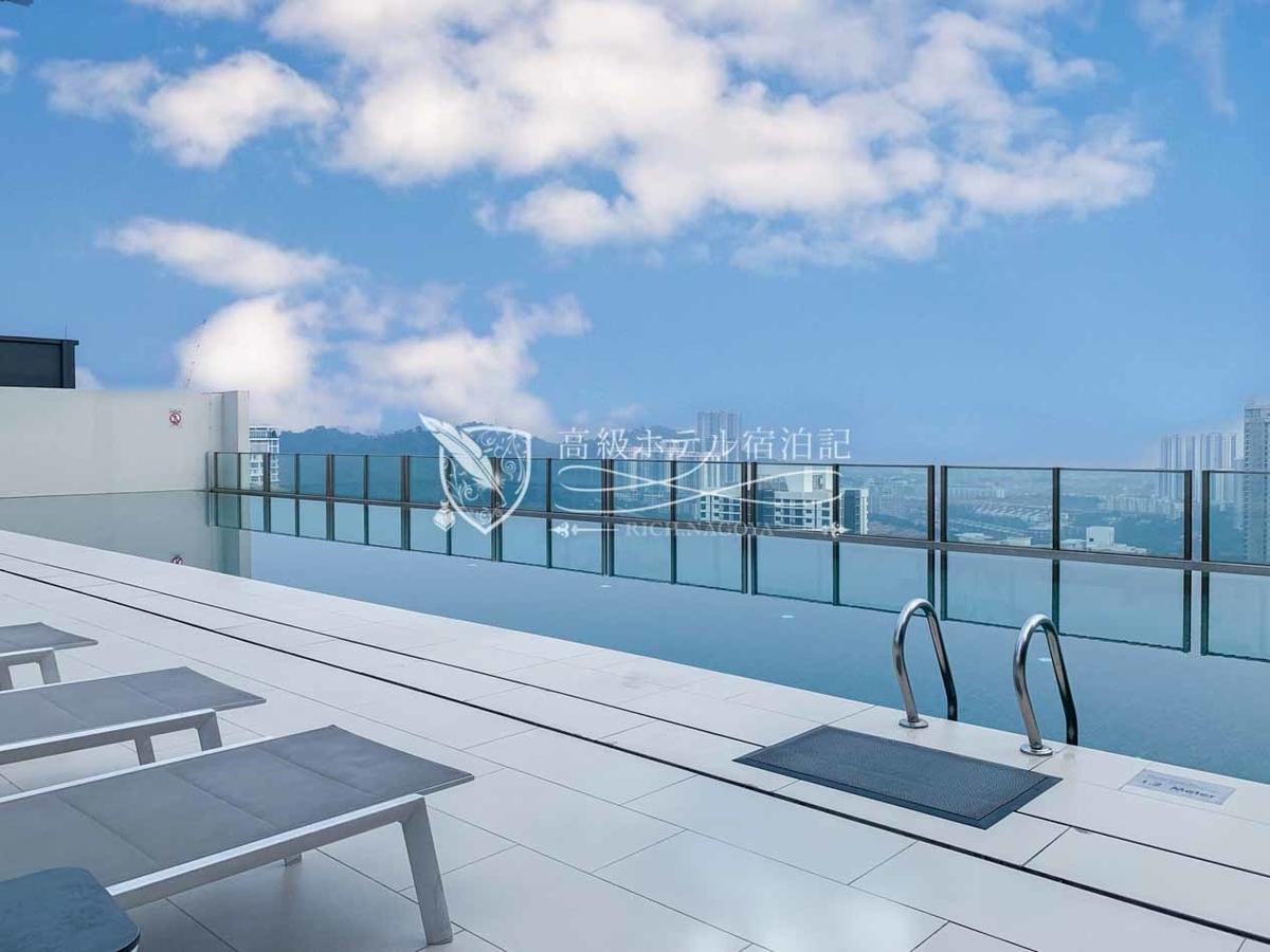 Hyatt House Kuala Lumpur 最上階37階にある屋外プールからモントキアラの街並みを一望。
