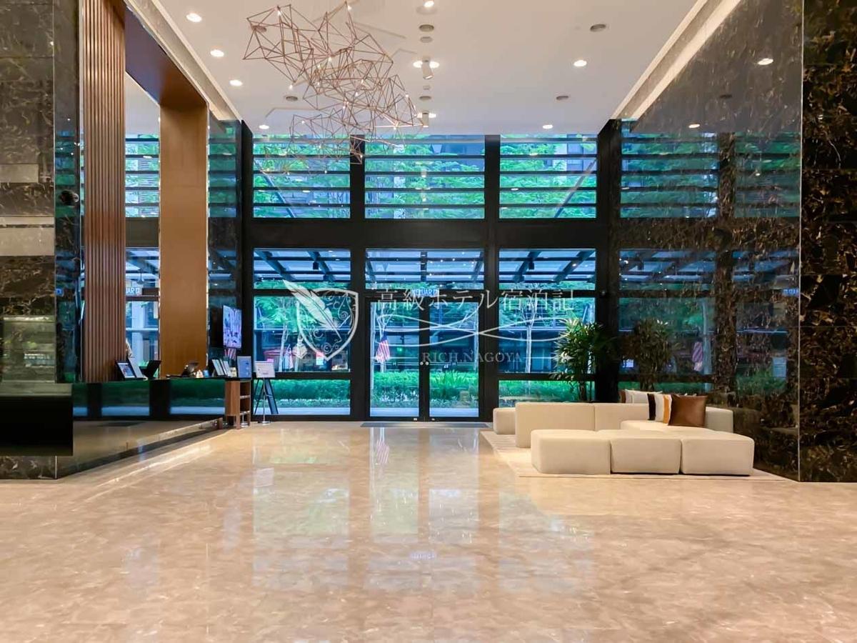 Hyatt House Kuala Lumpur 光沢のある大理石調のタイルを使った高級感のあるロビーフロア。すべての宿泊客がロビー脇にあるレセプションカウンターでチェックイン手続きを行う。