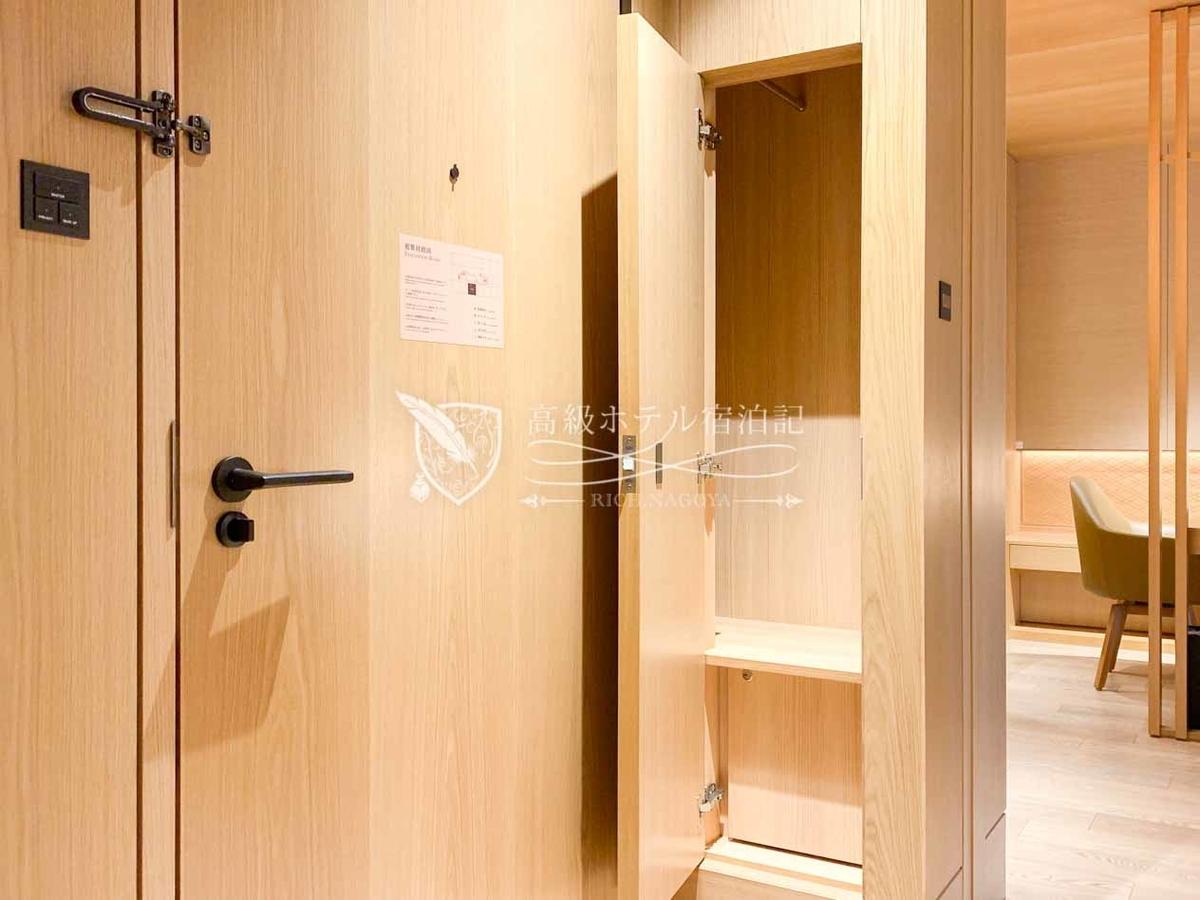 ヘリテージルーム(バルコニー付き):ヘリテージウイング全室にサービスボックス(バトラーボックス)を装備。ランドリーサービスや靴磨きのアイテムやタオルの追加など、双方で受け渡しが必要なアイテムを入れておけば、スタッフと顔を合わせたり扉を開ける必要がないので気兼ねなく依頼できる。都内ではマンダリン・オリエンタル東京やザ・ペニンシュラ東京など、ごく一部のホテルにしか導入されてない便利な設備。
