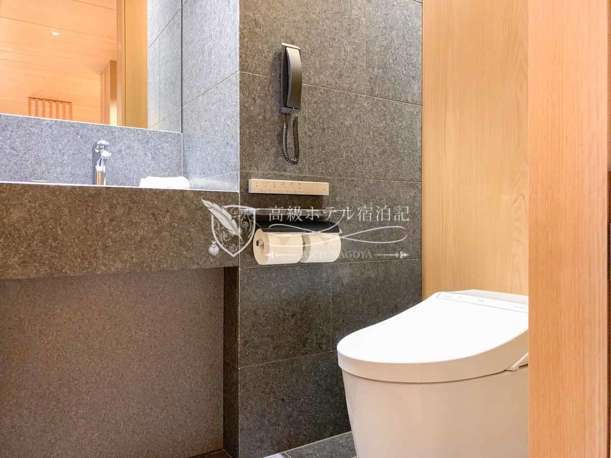 ヘリテージルーム(バルコニー付き):玄関横の個室にある独立型トイレはウォッシュレット機能の付いたTOTO製。