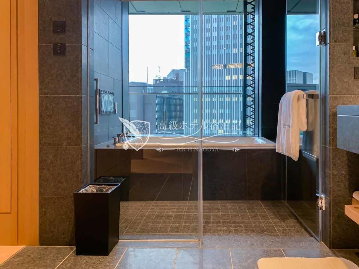 ヘリテージルーム(バルコニー付き):ヘリテージウイングの一部の客室は浴室からオークラ庭園を望みながら寛げるビューバスタイプ。窓ガラスはプライバシー加工が施されていないので入浴時はブラインドを必ず降ろそう。