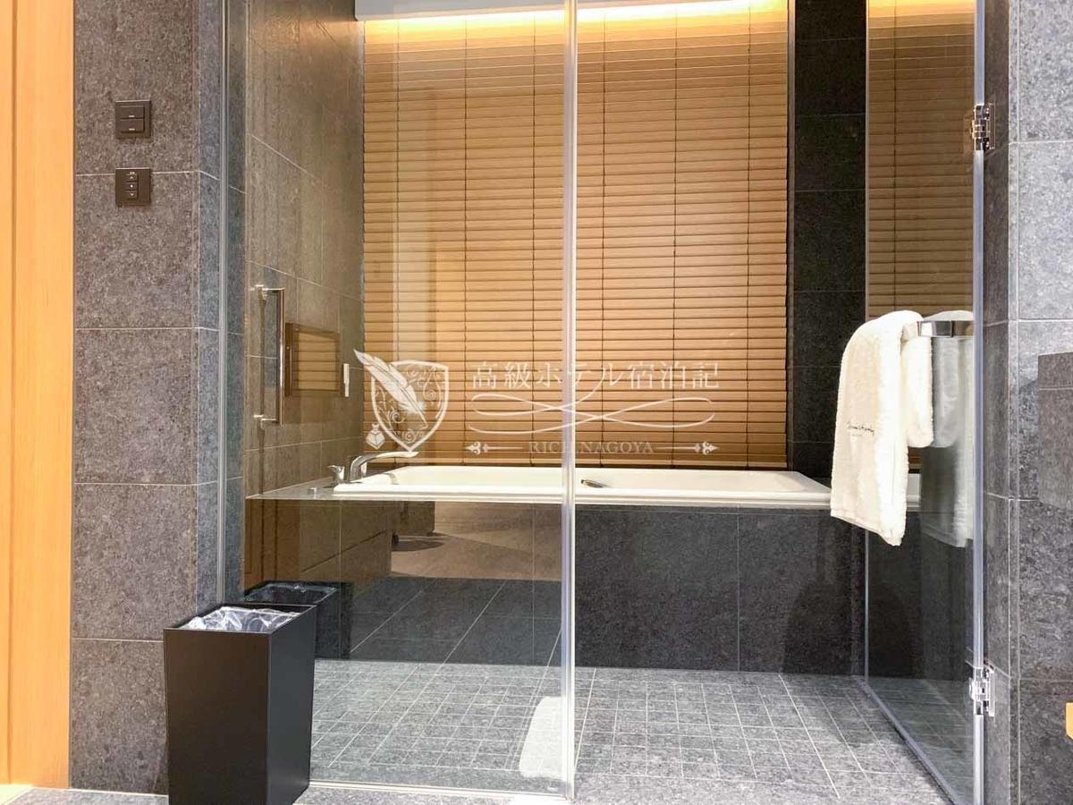 ヘリテージルーム(バルコニー付き):浴室横のスイッチを使ってブラインドを昇降できる。