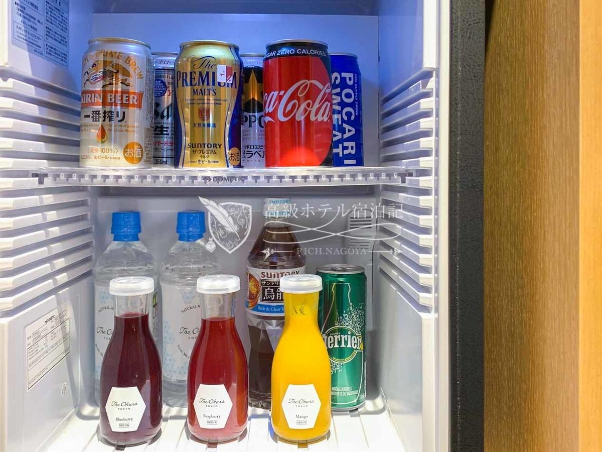 ヘリテージウイングの冷蔵庫:オークラオリジナルのフルーツジュース、キリン、アサヒ、サッポロ、サントリー4種類の缶ビールなど。ヘリテージウイングの宿泊客はすべて無料。
