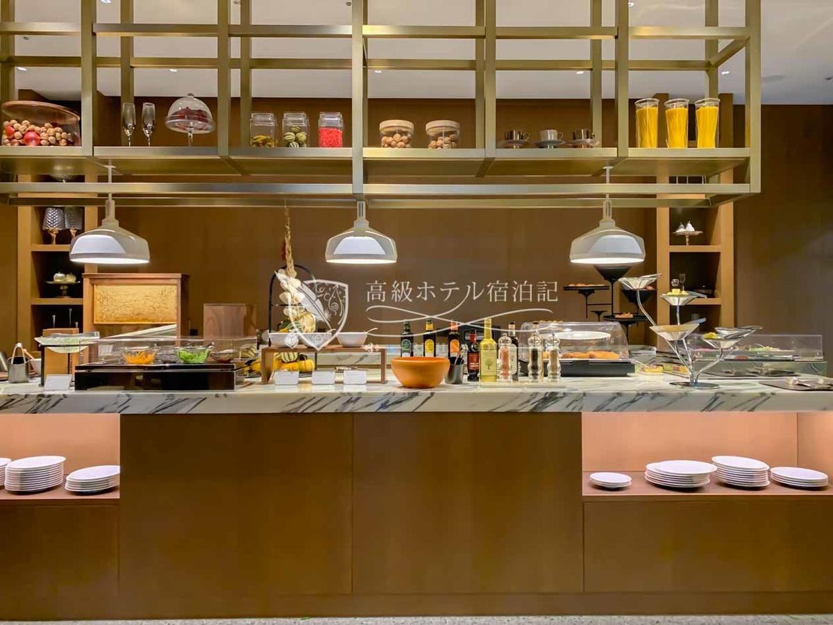 クラブラウンジのビュッフェ台:フードプレゼンテーションの時間帯に料理が陳列される。