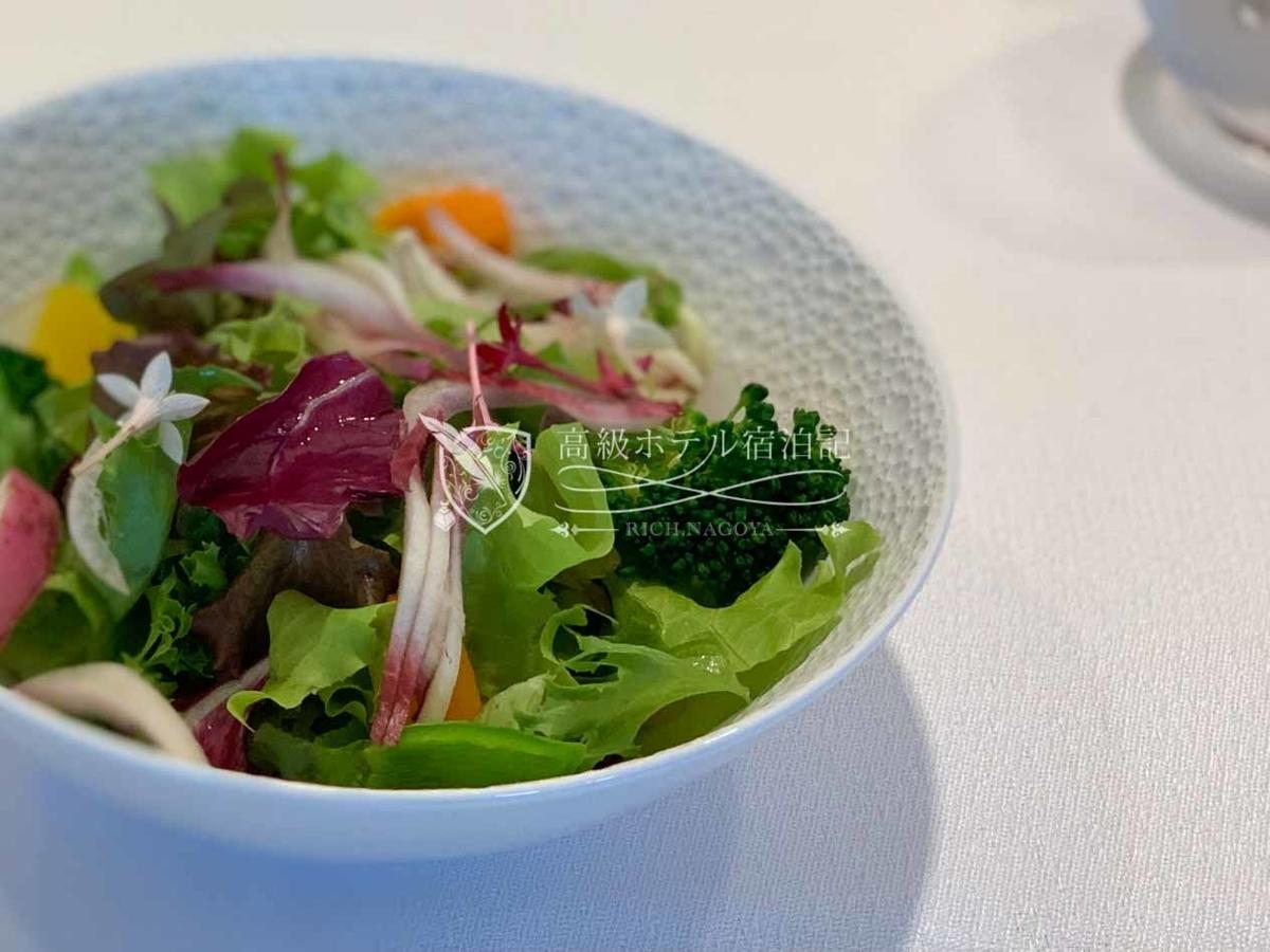 フランス料理「ヌーヴェル・エポック」朝食:サラダ / 身体に優しい野菜を使った彩りのサラダと糀(こうじ)のドレッシング