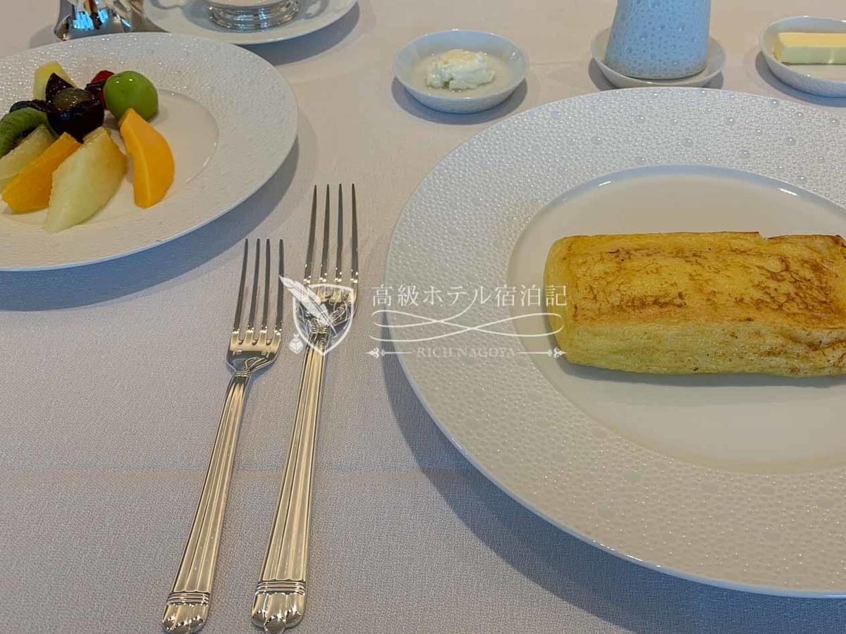 フランス料理「ヌーヴェル・エポック」朝食:スペシャリティ / オークラ伝統のフレンチトーストに旬のフルーツを添えて北海道産フェッセルと旬の花々からの生はちみつ