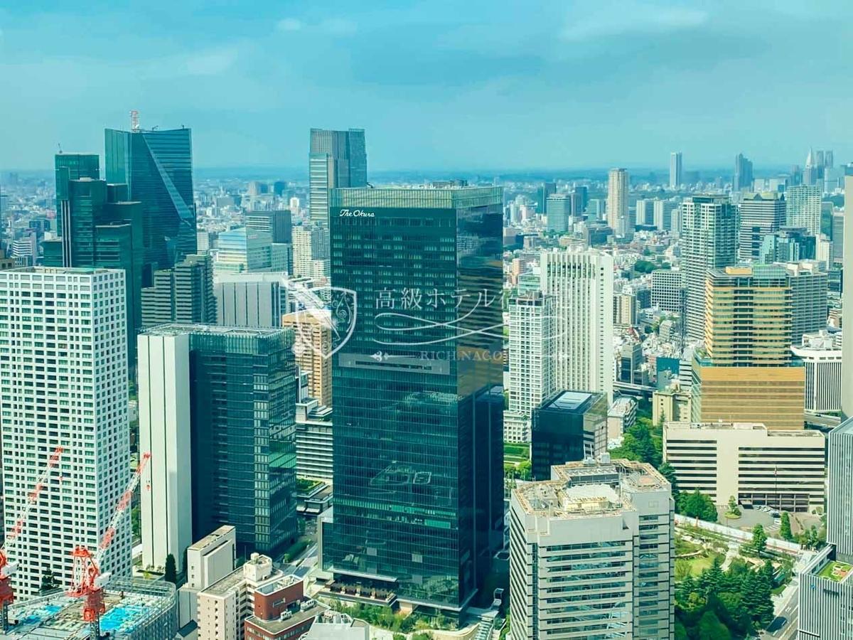 アンダーズ東京の客室から撮影した新ホテル(中央) 。