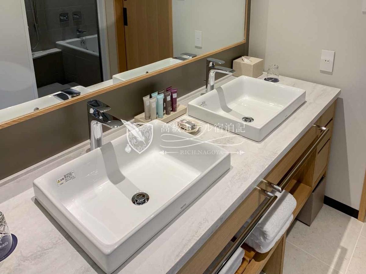 都ホテル 博多:洗面台はベッセル式のダブルシンク。引き出しにバスアイテムが用意されている。