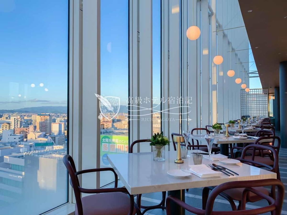 都ホテル 博多:サムウェア レストラン&バー(SOMEWHERE RESTAURANT&BAR)の内観。一面ガラス張りで開放的な室内で、やっぱり窓際席が一番人気。