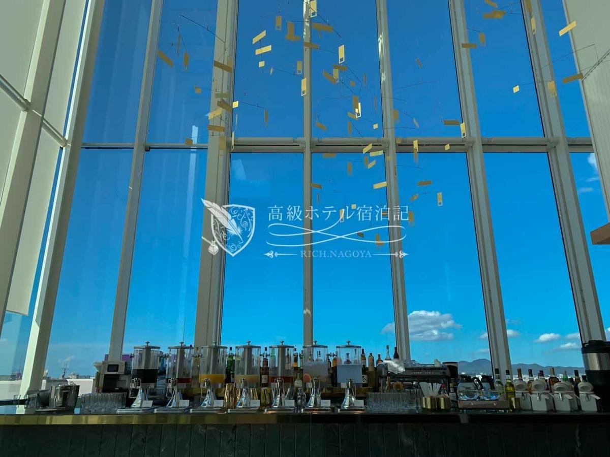 都ホテル 博多:入口を入ったところにあるバーカウンターは、天気が良い日は絶好の写真映えスポットに。(ビュッフェの時間帯はドリンクコーナー)