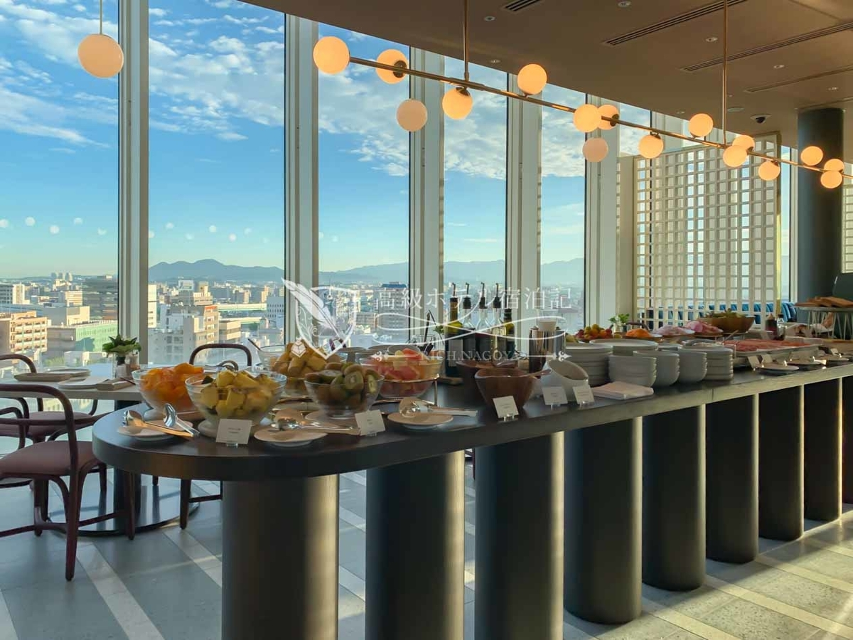 都ホテル 博多:中央のフードテーブルに綺麗に並んだ洋食ビュッフェの料理。