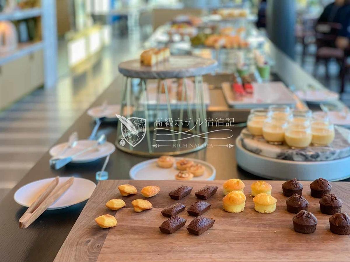 都ホテル 博多:店内中央のフードテーブルに並んだスイーツが食べ放題。