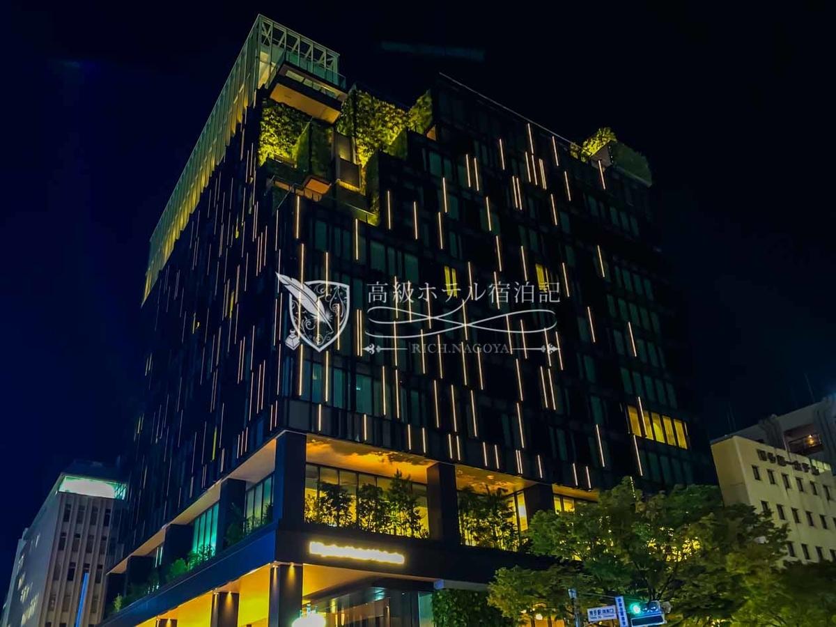 都ホテル 博多:夜間は、建物に埋め込まれたLED照明によって全体がライトアップ。幻想的な雰囲気を演出。映える!もしも(大阪や京都と同様に)マリオットと提携していたら「Aloft博多」になっていたでしょう。