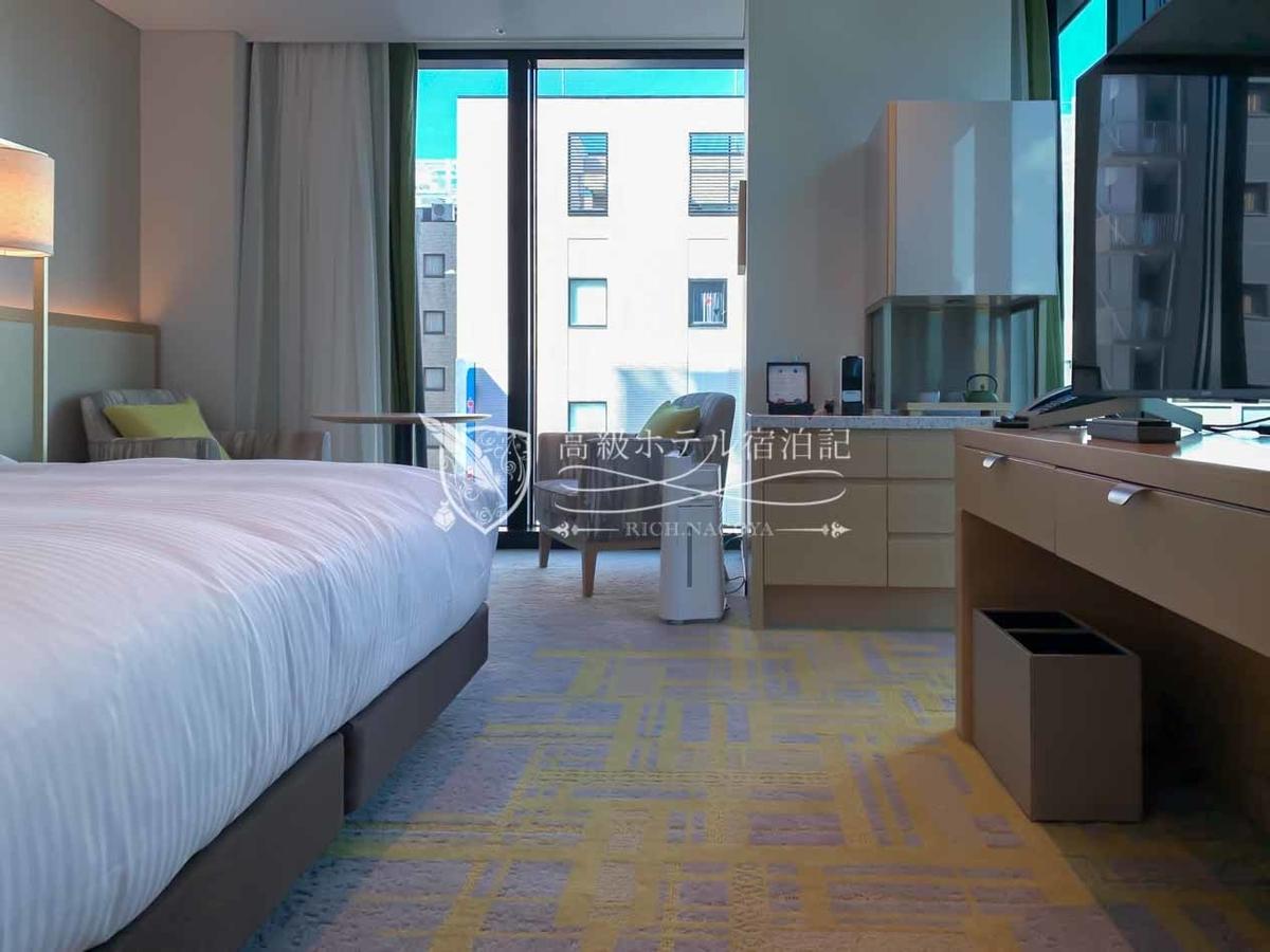 都ホテル 博多:5階~12階に位置する208室の客室は高級感はあまりないが、全室30㎡以上、バスルームには浴槽・洗い場が完備、ポータブルタブレットによる照明点消や電動カーテン開閉など、ユーザービリティが配慮された快適な空間。