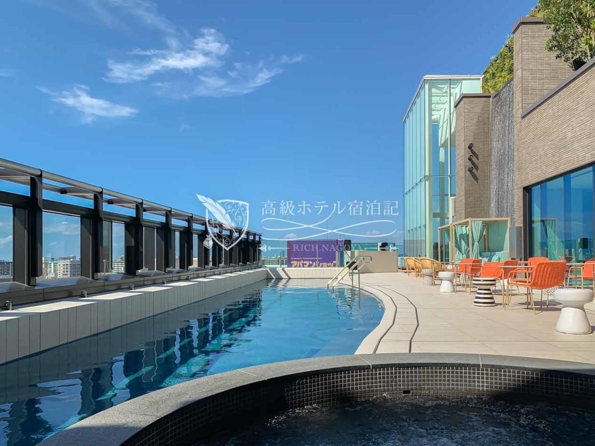 都ホテル 博多:最上階13階には、敷地内より汲み上げた天然温泉を利用した、プール・足湯(屋外)・浴場(内湯)を完備。水温は年間を通じてプールは常時35℃、足湯とジェットバス(上水≠温泉水)は常時41℃に調節されているので、冬でも存分に楽しめる。