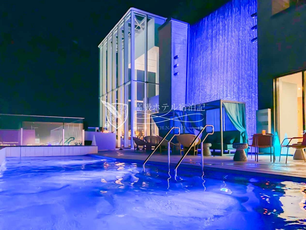 都ホテル 博多:屋上温泉プールの営業時間は朝7時~22時30分。幻想的なライトアップが施される夜の時間帯が人気。プールサイドではドリンクや食事のオーダーが可能。