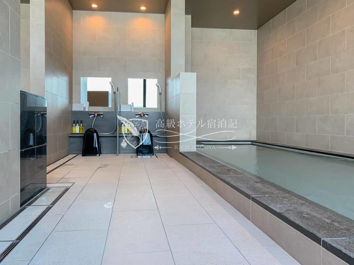 天然温泉を利用した浴場(内湯)は、新しくて清潔で快適。男性用にはドライサウナと水風呂、女性用にはスチームサウナも設置。早朝から深夜まで営業(6時30分~24時)していて使い勝手が良い。