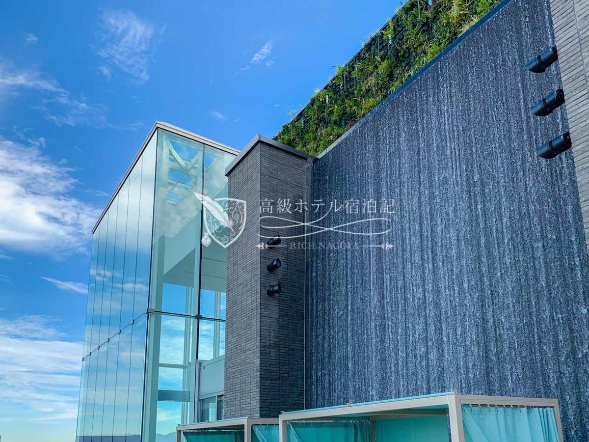 都ホテル 博多:屋上温泉プール:8mもの高さから流れる滝