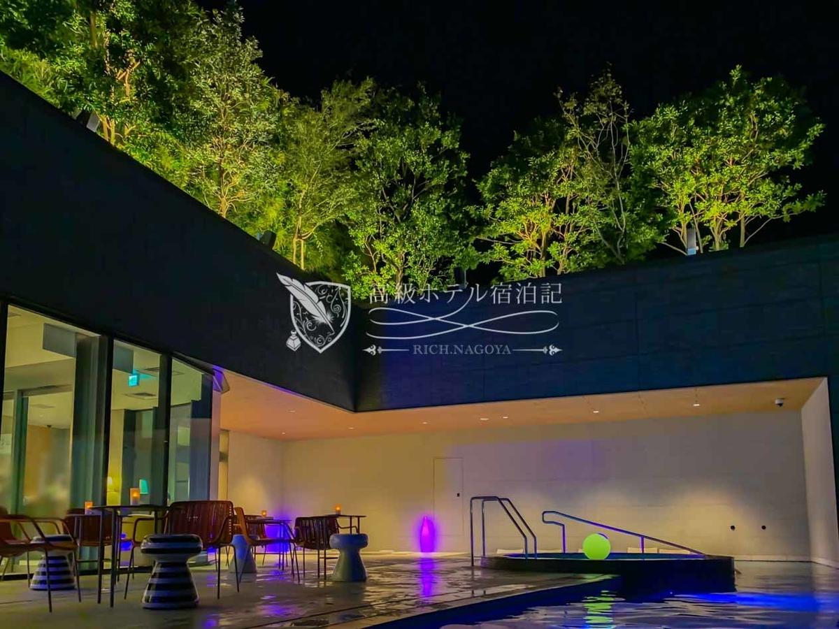 屋上温泉プール:ライトアップされたナイトプール