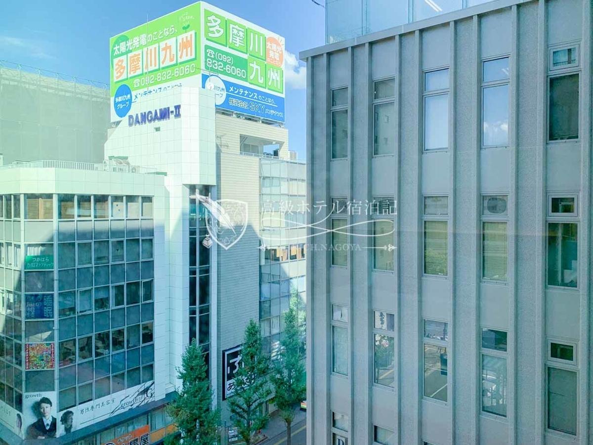 眺望は、博多駅向きの客室でない限りあまり良くない。窓ガラスはプライバシー加工が施されていないので向かいのビルの人から客室内は丸見え。レースカーテンを閉めることを推奨。