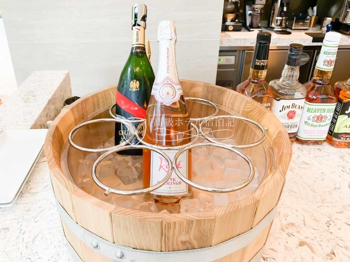 コートヤード・バイ・マリオット大阪本町:イブニングカクテル@M18(1階):スパーリングワインはピンクフラミンゴロゼ(手前)