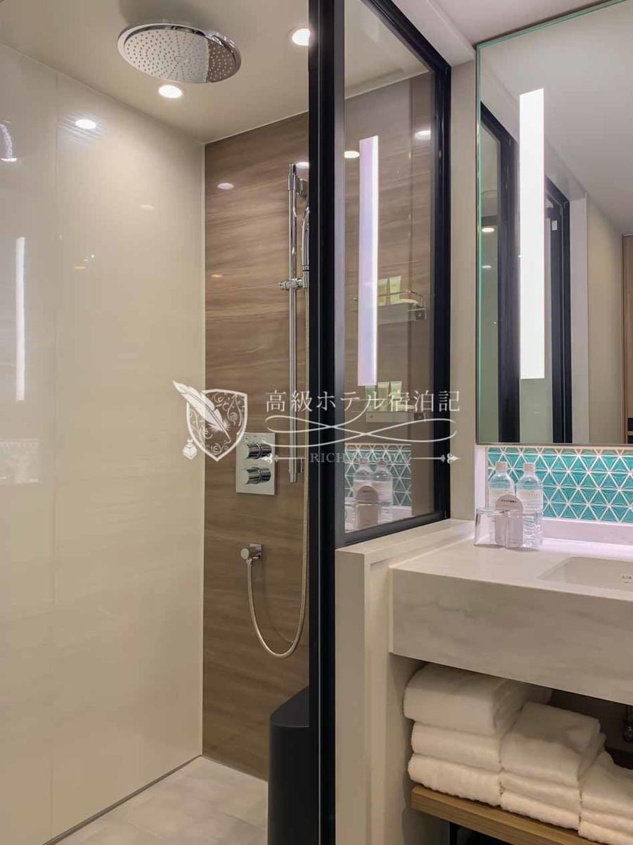 コートヤード・バイ・マリオット大阪本町:アンビシャス キング(24㎡):浴室にバスタブはなく、シャワーブースのみ。シャワーはレインシャワーとハンドシャワーの切替型(同時には使えない)。ハンドシャワーにセレクトモードなし。水勢は普通。